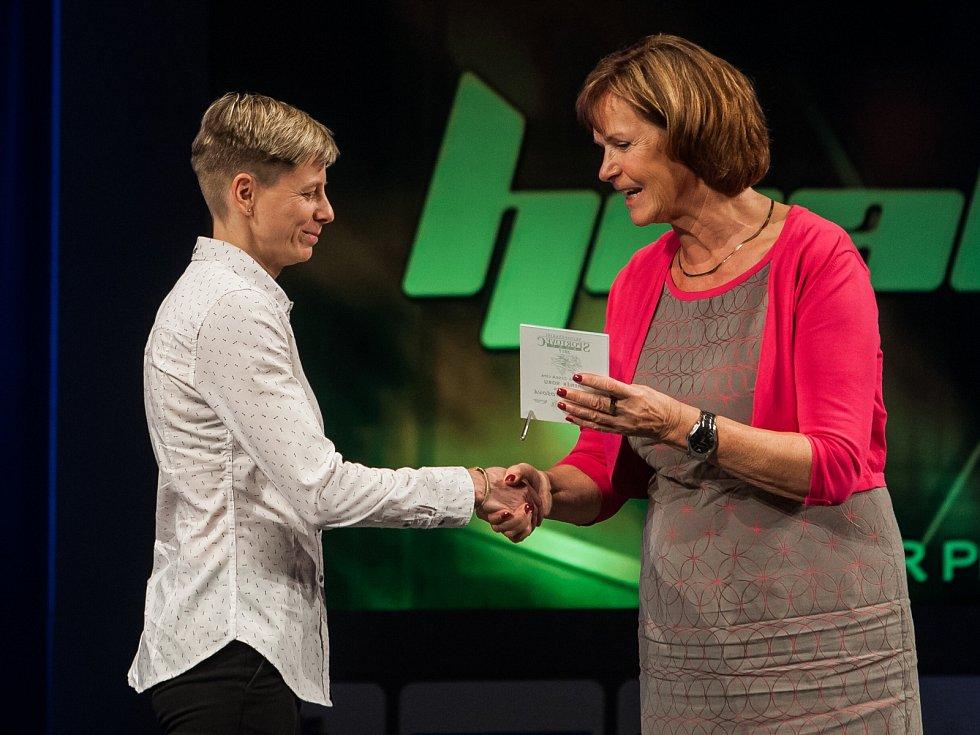 Trenérka florbalistů FBC Česká Lípa Lenka Bartošová převzala cenu za 3. místo mezi trenéry.