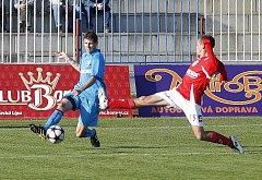 Jarosz se snaží zabránit, aby Finklár odcentroval míč.