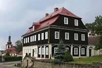 V domě, ve kterém slavný muž vybudoval své reprezentativní obchodní zastoupení, dnes sídlí šenovské Sklářské muzeum.
