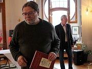 Petr Fletcher náhodou objevil ve vídeňském antikvariátu pozůstalost rodiny Wünschů. Na jejím základě vydal knihu popisující život ve druhé polovině 19. století, rámovanou příběhy příslušníků významného kupeckého rodu ze Stružnice.