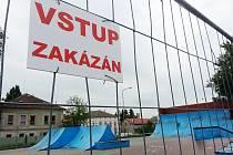 Uzavřený skatepark v Novém Boru se zřejmě dočká opravy.