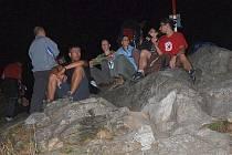 Na noční putování na dominantu Lužických hor se každoročně vydávají desítky výletníků.