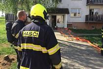 Čtyři jednotky hasičů se v neděli odpoledne sjely k požáru v jednom z bytů v pětipatrovém domě v Nových Zákupech.