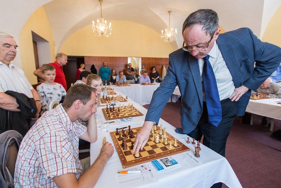 Slavnostní zahájení šachové Corridy proběhlo v prostorách obřadní síně na radnici v Novém Boru a pod širým nebem na náměstí Míru v neděli 26. srpna. V obřadní síni se představil velmistr Boris Gelfand v simultánce proti dvanácti hráčům.