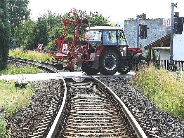 Špatný výhled mají řidiči na železničním přejezdu v Zákupech – Božíkově kvůli živému plotu a vzrostlým stromů.