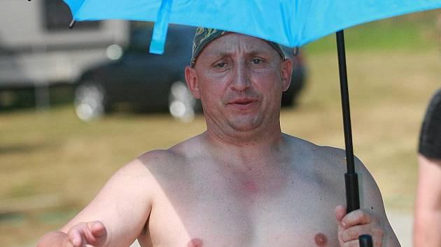 Chtěl pivo, žádné nedostal a tak nečekaně napadl fotografa Deníku.