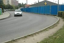 Naslepo bez jakéhokoli přechodu či pořádného osvětlení přecházejí lidé silnici v nepřehledné zatáčce u obchodního domu Lidl ve Sluneční ulici na sídlišti Špičák v České Lípě.
