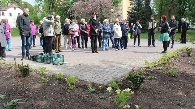 Již pět let si Česká Lípa připomíná smutný den v jejích dějinách. 6. května 1945 bylo na českolipském vlakovém nádraží z vagonu vyneseno 17 těl židovských obětí pochodu smrti z tábora Schwarzheide do Terezína.