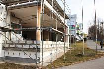 Bývalá vrátnice českolipské nemocnice, kde zůstává nadále babybox, prochází důkladnou rekonstrukcí.