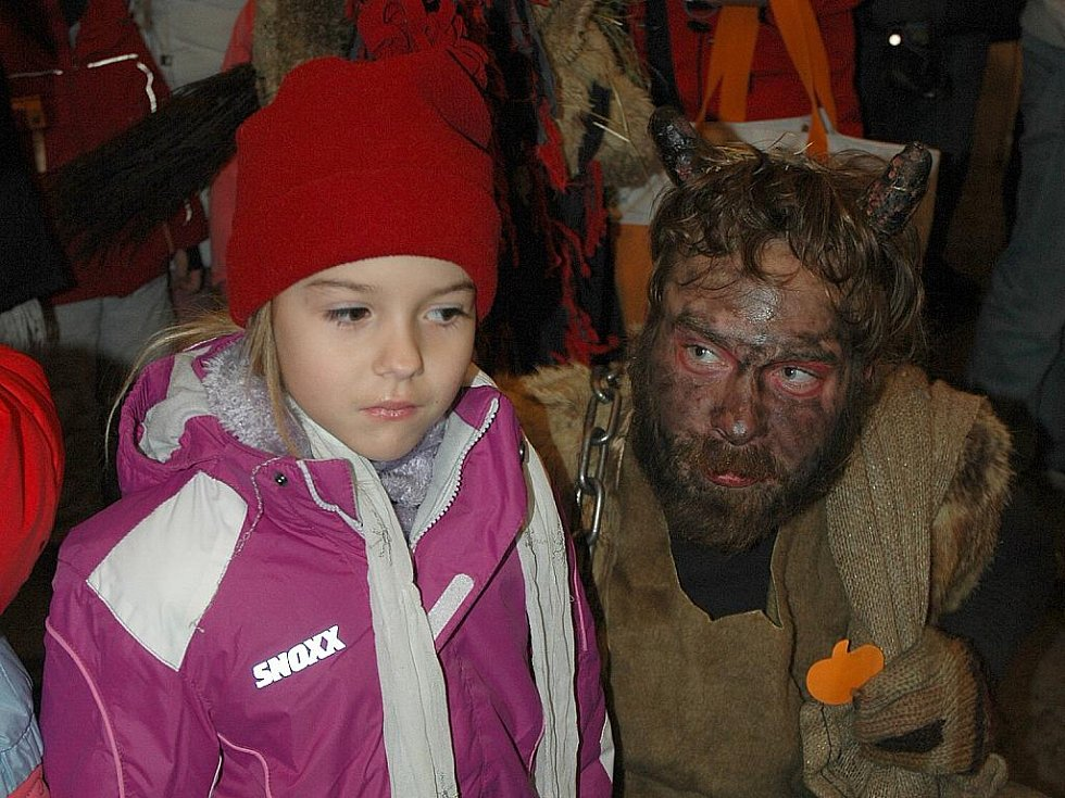 Mikulášskou nadílku, která je každoroční součástí vánočních trhů v českolipském Vlastivědném muzeu a galerii, si ani letos nenechali ujít rodiče se svými ratolestmi.