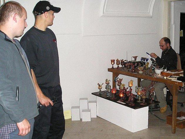 Výtvarník David Wünsch předváděl práci se sklem nad kahanem.