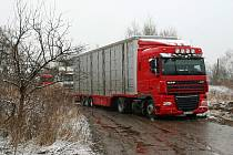 Kamiony blokují cestu do vepřína už od víkendu.