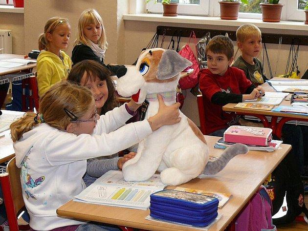Školáci dostali nového maskota - plyšového psa Ajaxe.