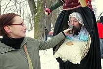 Tradičně veselý a hojně navštěvovaný je masopust v Oknech. I letos tu uspořádali průvod masopustních maškar, který prošel vesnicí. A objevily se masky a převleky vskutku originální.