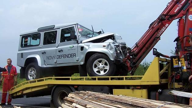 Posádku z land roveru museli vyprostit hasiič.