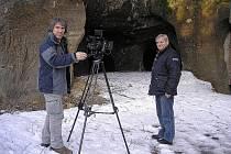 ČTYŘI MÍSTA navštívil místostarosta Cvikova Jaroslav Švehla se stavebním technikem Petrem Vrabcem a televizním štábem v okolí Cvikova. Mimo jiné také jeskyně u Svitavy.