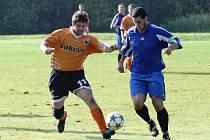 Bukovany - Nová Ves 1:3 (1:0). Majerech (Bukovany - v oranžovém) v souboji se Svobodou.