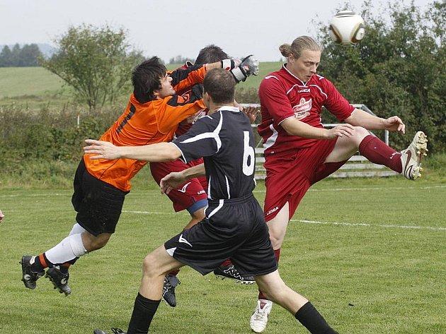 Druhou výhru v sezoně vybojovala Dolní Libchava z domácího střetnutí proti Lokomotivě Kravaře. Hostující gólman Trégr za asistence Galla (černý dres) vyráží míč před Lebduškou a Petrem (vpravo).
