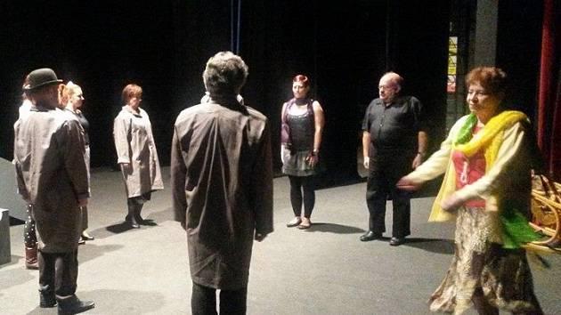 Pro letošní rok si ochotníci z novoborského souboru NOPOĎ připravili hru s názvem Přežívat nebo žít, která vznikla na motivy slavné hry Colina Higginse Harold a Maud.