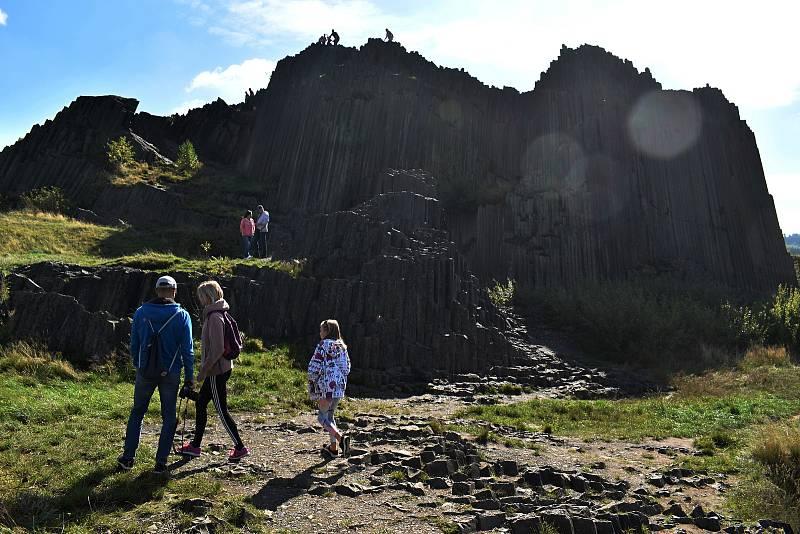 Panská skála u Kamenického Šenova se ocitla poslední zářijový víkend v obležení turistů.