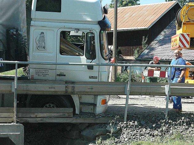 Kamion naložený hutním materiálem neprojel po provizorním mostě ve Volfarticích. Utrhla se s ním krajnice.
