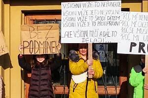 U vstupu do školy v Doksech ve středu přibyli demonstrující