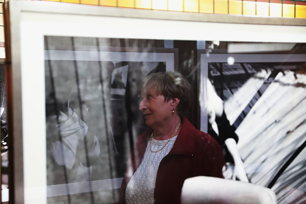 Vernisáž výstavy černobílých fotografií herce Hynka Čermáka v Kravařích