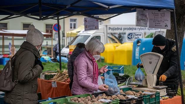 Farmářské trhy na Škroupově náměstí 15. dubna 2021 v České Lípě.