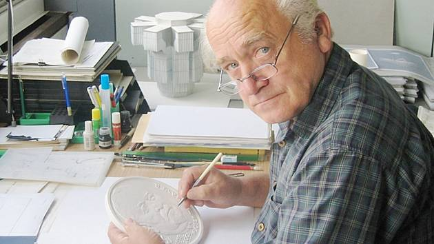 Doyen šenovských lustrařů, Jaroslav Bejvl,  se od konce sedmdesátých let prosazoval také jako medailér.