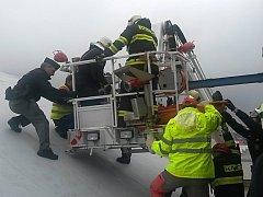 V úterý po 12. hodině vyjížděla lezecká skupina českolipských profesionálních hasičů k záchraně muže po pádu na střeše v jedné z firem v České Lípě.