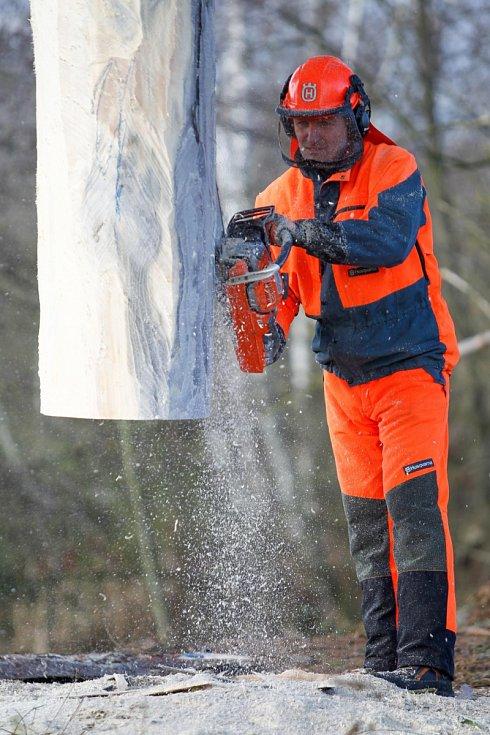 Počtvrté přistoupil k vánočnímu stromu pro Prahu s pilou dvojnásobný mistr České republiky v práci s motorovou pilou Jiří Vorlíček.