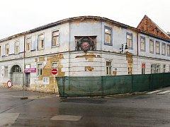 Rok a půl po devastujícím požáru je historický Kounicův dům v České Lípě den ode dne v horším stavu.