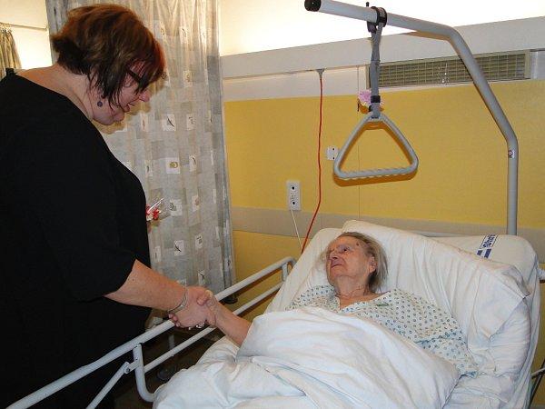 Starostka České Lípy Romana Žatecká navštívila pacienty na oddělení LDN.