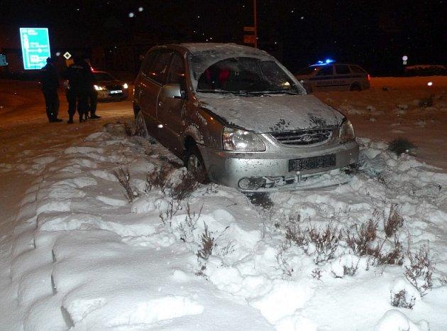 Notná dávka alkoholu, která kolovala vžilách třiatřicetiletého muže, stála za nehodou, ke které došlo vneděli nad ránem na kruhovém objezdu vČeské Lípě.