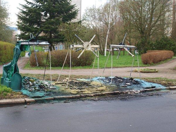 Šest nádob na tříděný odpad lehlo během víkendu popelem vMariánské ulici. Další hořely na sídlišti Sever.