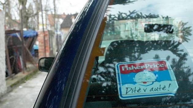Dítě v autě. Ilustrační foto.