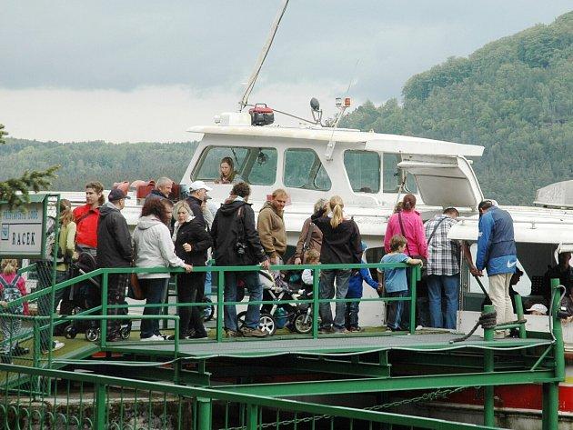 Odemykáním Máchova jezera odstartovala v Doksech turistická sezona.