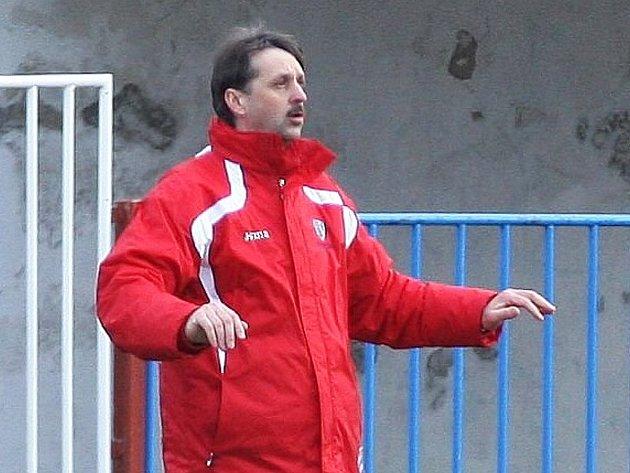 Trenér Šturma diriguje svůj tým.