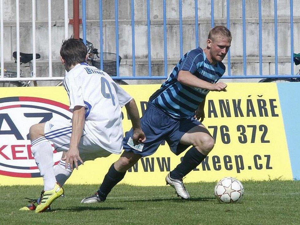 Fotbalisté České Lípy (tmavé dresy) v dalším kole ČFL využili domácího prostředí, když porazili tým Letohradu 2:0.