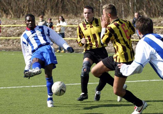 Ali Osumanu (vlevo) byl vyřazen z kádru českolipského Arsenalu.
