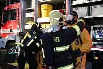 Zásah hasičů na Hamru na Jezeře, kde ve firmě, zabývající se likvidací nebezpečného odpadu, došlo při pracovní činnosti k úniku nebezpečných látek do ovzduší.