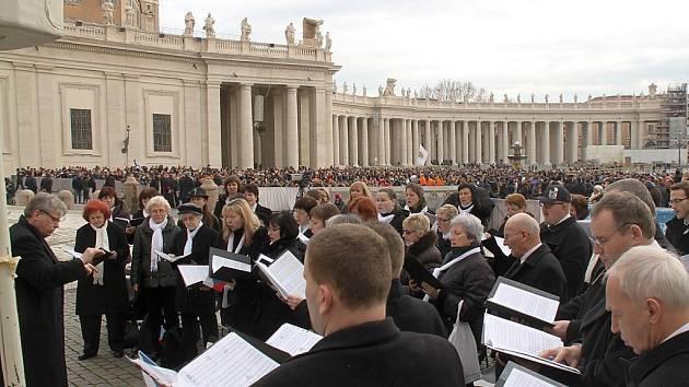 Členové Severočeského filharmonického sboru z České Lípy zpívali papeži při audienci.