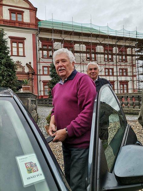 Tvůrce večerníků Méďové Václav Chaloupek navštívil vycpaného Medouška na zámku vZákupech.