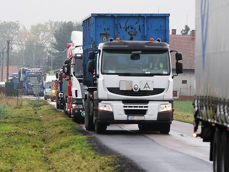 Kamiony v obci. Ilustrační foto.