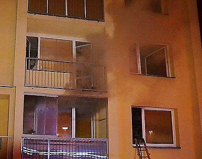Upožáru bytu osmipatrového panelového domu vulici Na Blatech vČeské Lípě zasahovalo šest hasičských jednotek. Požár vznikl vpřízemním bytě, ale hustý dým se rozšířil do celého domu.
