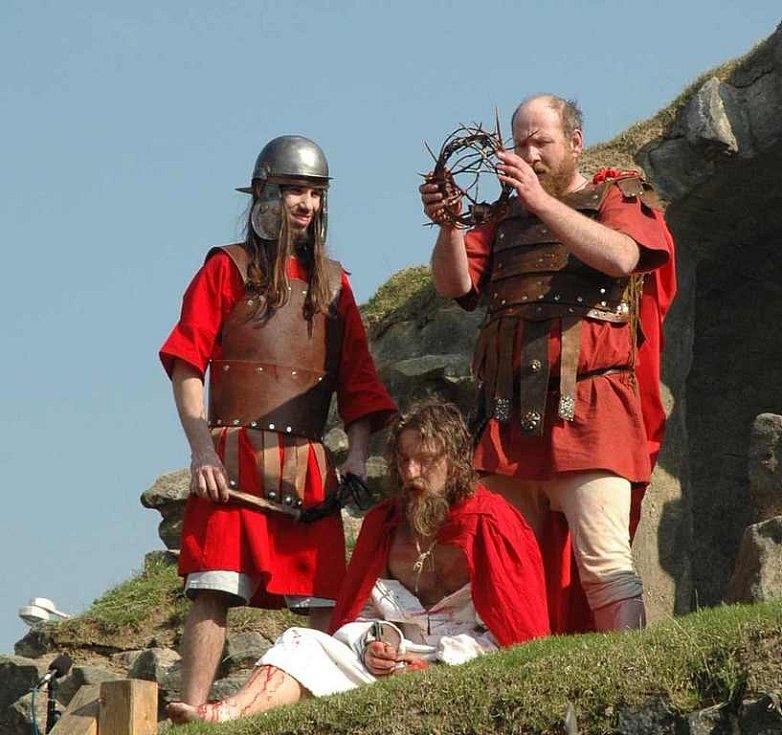 Stovky diváků si v sobotu nenechali ujít Pašijové hry na vodním hradě Lipý.