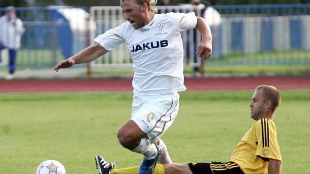 Ofenzivní hráč domácích Ondřej Holeček je faulován jedním z litvínovských fotbalistů.