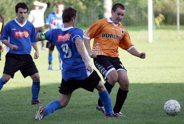Pohorský sleduje, jak Fuliér zastavuje akci Samka.
