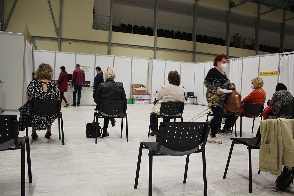 Očkovací centrum v Českém Krumlově postupně rozšiřuje očkovací dny.