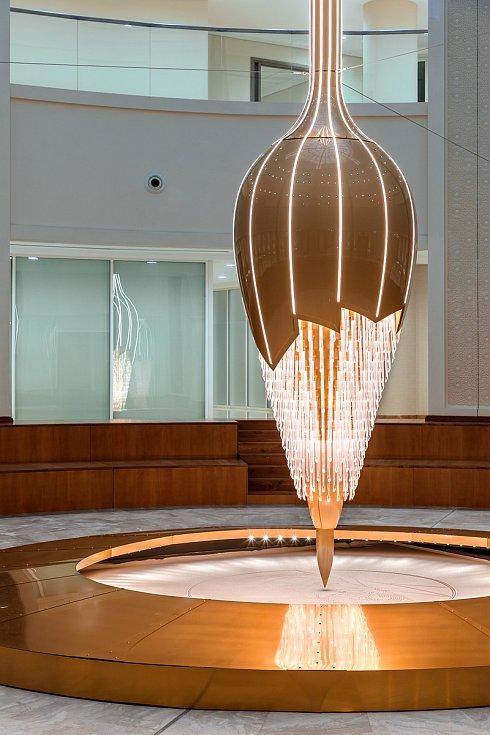 Lasvit představil vnemocnici Abú Dhabí světelnou instalaci, která kreslí obrazce do písku.